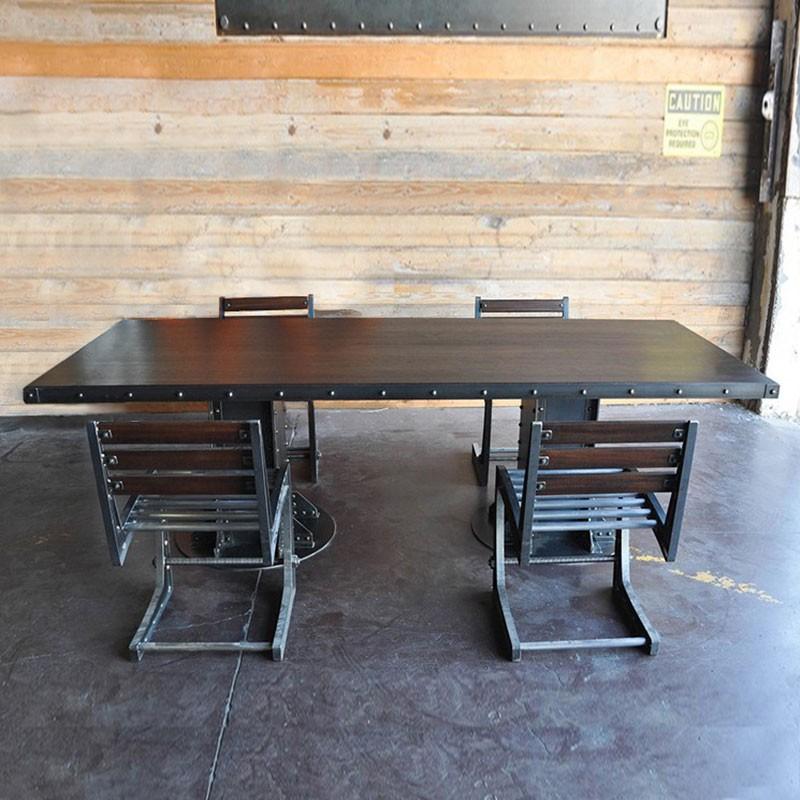 Table Loft 2 Pieds Construction En Acier Brut Avec Poutre Metallique Rivete Pour Un Effet Vieille Charpente Eiffel